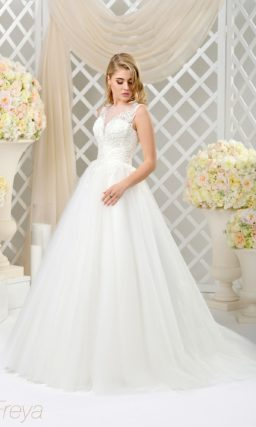 Пышное свадебное платье с роскошным шлейфом и объемной отделкой корсета.