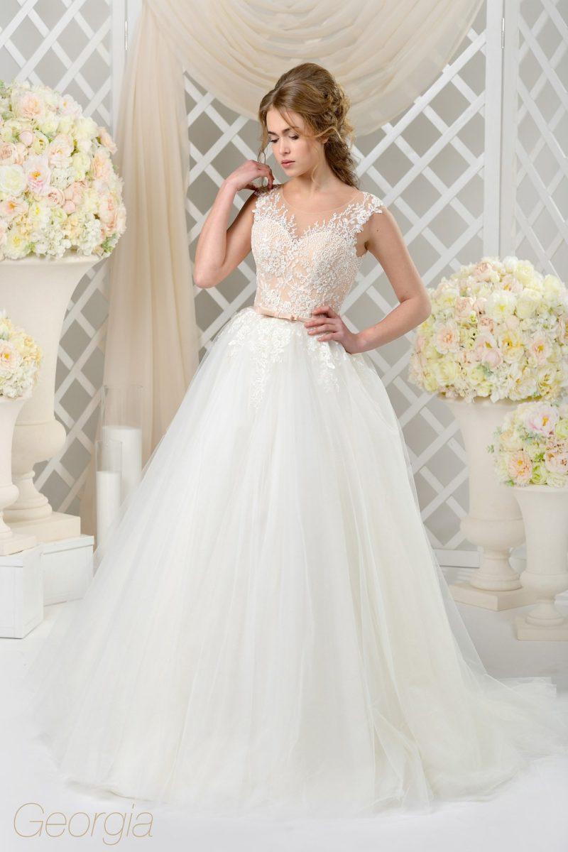 Свадебное платье пышного силуэта с нежным мелким кружевом на бежевом лифе.