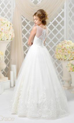 Закрытое свадебное платье с глянцевым декором по корсету и пышной юбке.