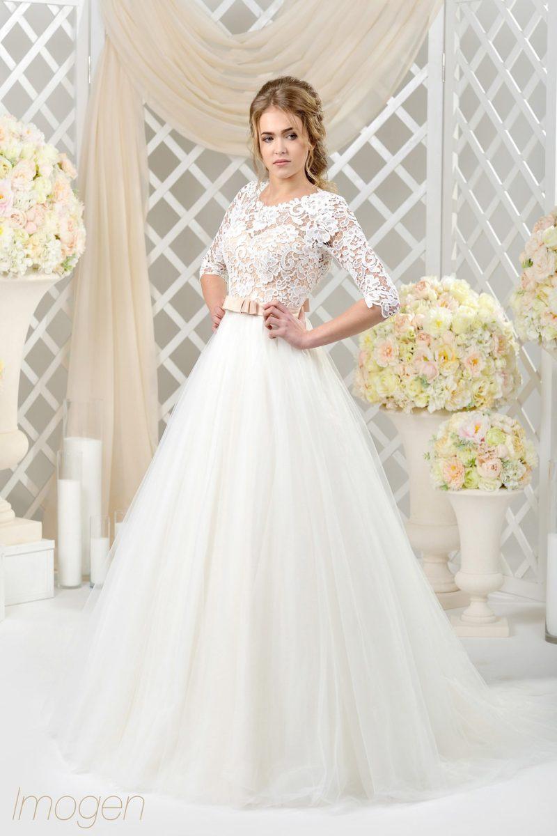 Воздушное свадебное платье с лаконичным подолом и фактурным кружевом по лифу.