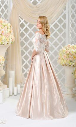 Пышное свадебное платье с розовой атласной юбкой и кружевными рукавами.