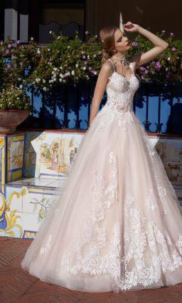 Пышное свадебное платье с фактурным декором и открытым лифом с узкими бретельками.