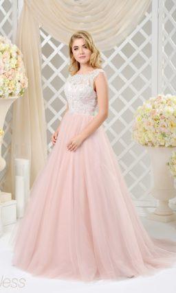 Розовое свадебное платье пышного кроя с изящным лифом и объемным шлейфом.