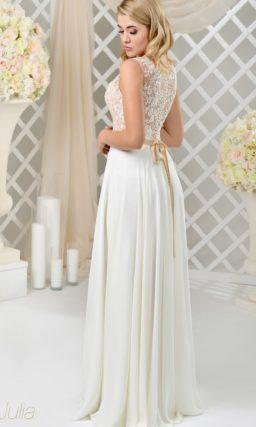 Прямое свадебное платье с золотистым поясом и верхом, оформленным кружевом.