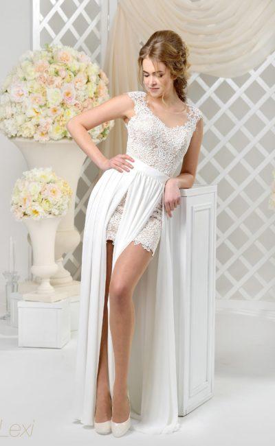 Короткое свадебное платье с длинной верхней юбкой и отделкой фактурным кружевом.
