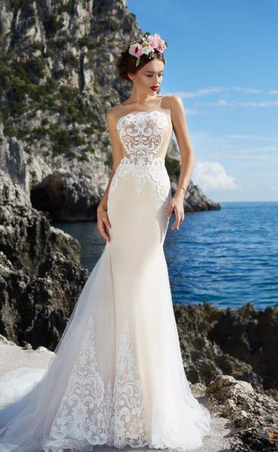 Бежевое свадебное платье с белой отделкой, стильно облегающее фигуру кроем «рыбка».