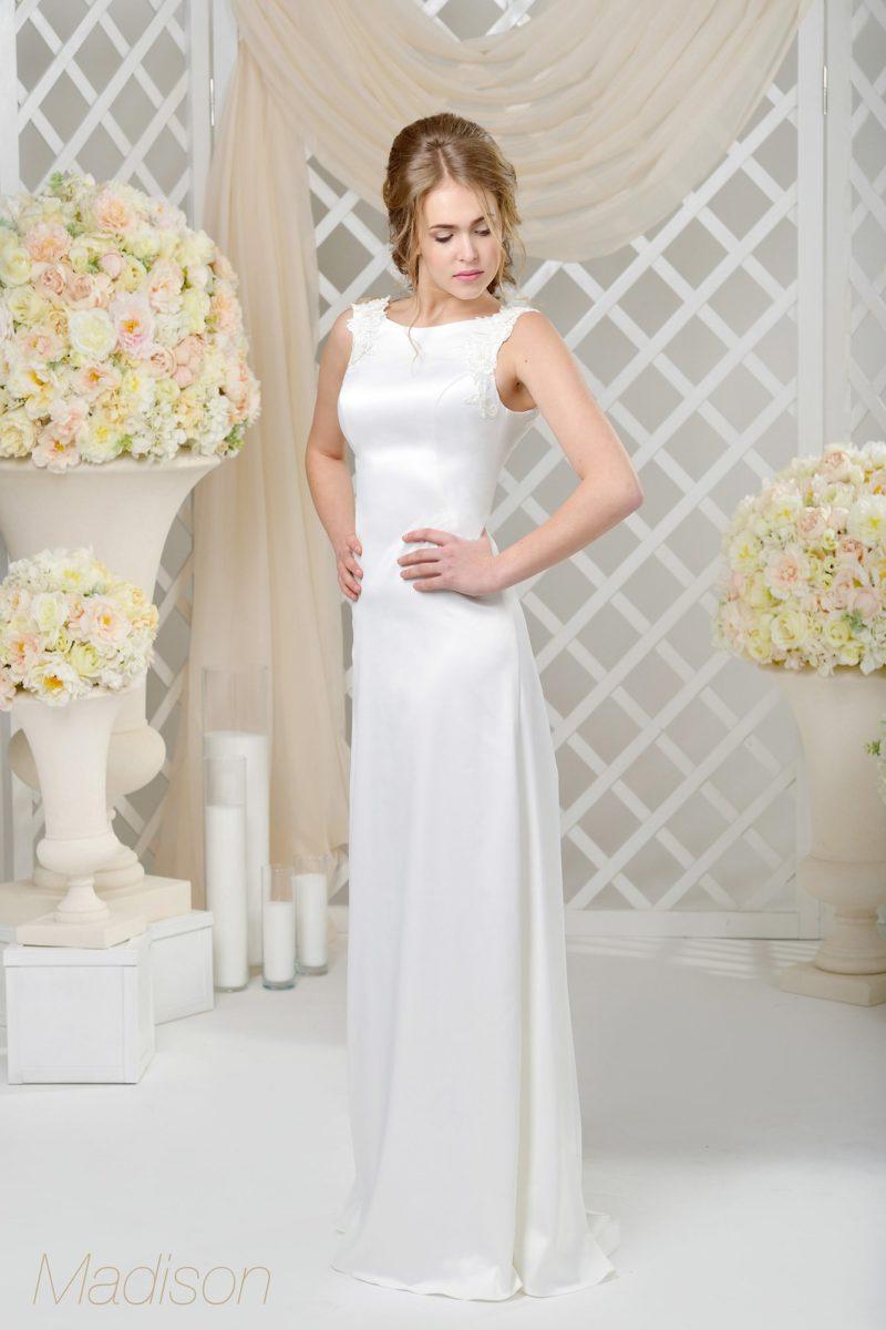 Утонченное свадебное платье с вырезом бато, созданное из сияющего атласа.