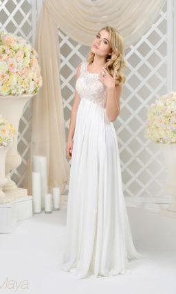 Прямое свадебное платье с завышенной талией и пастельной подкладкой на лифе.