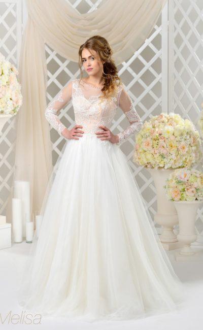 Роскошное свадебное платье с кремовым корсетом под белой кружевной отделкой.