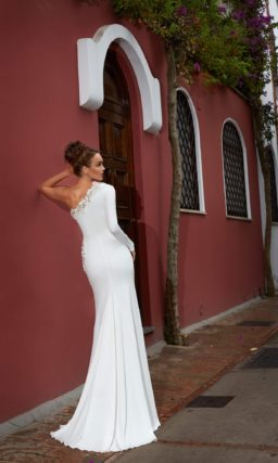 Атласное свадебное платье прямого кроя с асимметричным верхом, оформленным бисерной вышивкой.