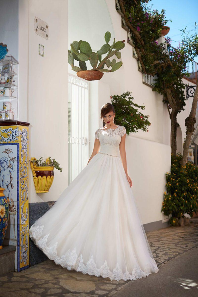 Пышное свадебное платье с коротким рукавом и фактурной отделкой по всему корсету.