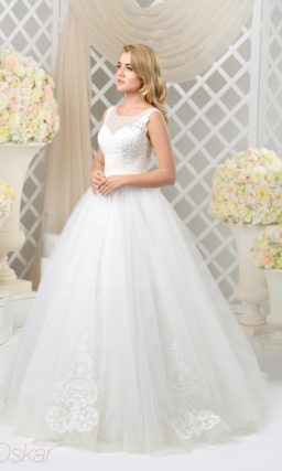Очаровательное свадебное платье с пышным подолом, украшенным аппликациями.
