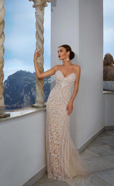 Бежевое свадебное платье прямого кроя с открытым лифом, покрытое белым кружевом.