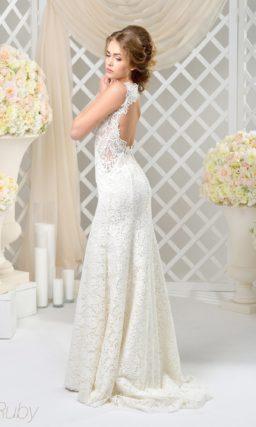 Облегающее свадебное платье с полупрозрачными вставками по бокам.
