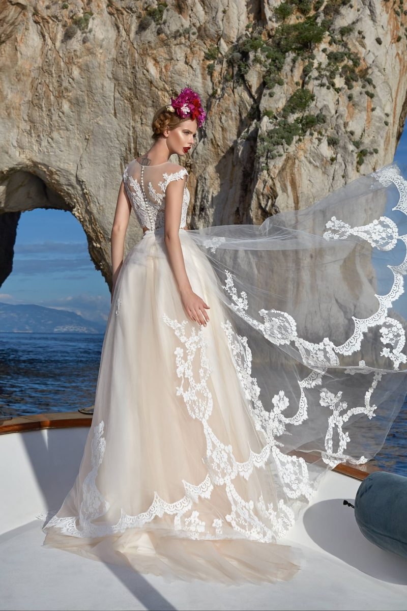 Пышное свадебное платье цвета слоновой кости с эффектным плотным декором из кружева.