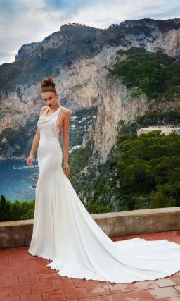 Свадебное платье из атласной ткани с чувственным верхом и торжественным шлейфом сзади.
