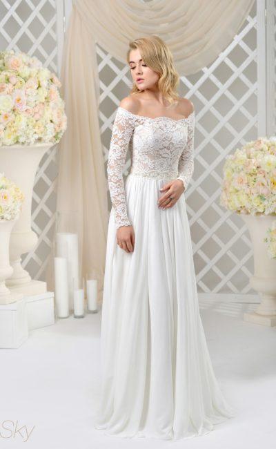 Прямое свадебное платье с соблазнительным портретным вырезом с рукавом.