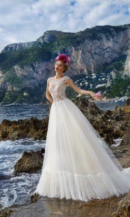 Свадебное платье с романтичной пышной юбкой и полупрозрачным верхом из кружева.