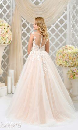 Бежевое свадебное платье пышного кроя с открытым ажурным корсетом.