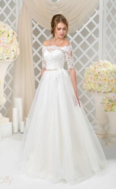 Кружевное свадебное платье с многослойным низом и рукавами до локтя.