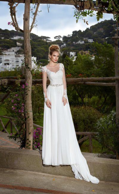 Прямое свадебное платье с кружевным корсетом, прозрачным рукавом и длинным шлейфом из шифона.
