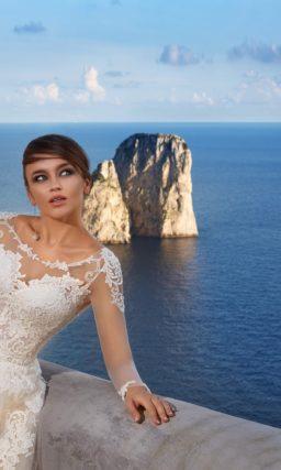 Пышное свадебное платье с романтичной кремовой юбкой и белым ажурным декором подола.