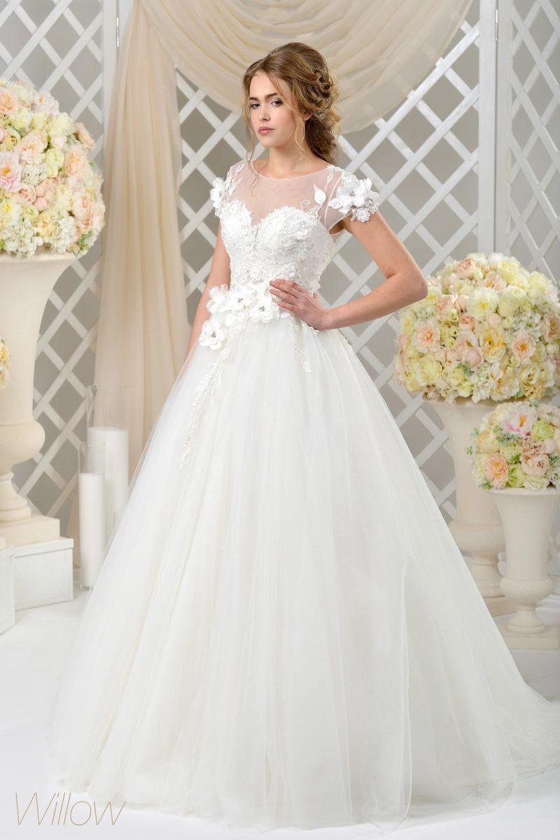 Пышное свадебное платье с открытой спинкой и объемной отделкой коротких рукавов.