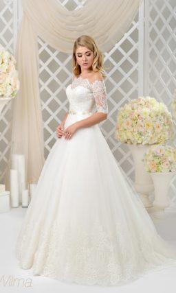 Прямое свадебное платье с разрезом по подолу и коротким рукавом с кружевом.