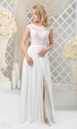 Прямое свадебное платье с подкладкой пудрового оттенка и разрезом на юбке.