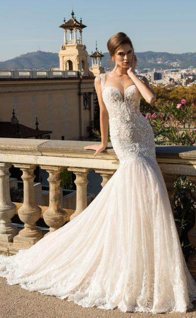 Ажурное свадебное платье «рыбка» цвета слоновой кости с лифом в форме сердца.