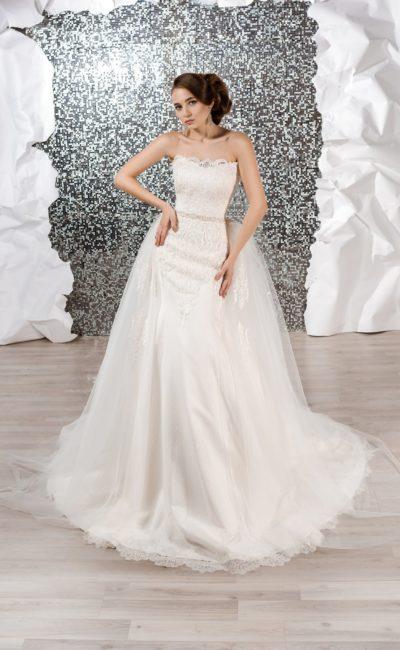 Облегающее свадебное платье с многослойной верхней юбкой и аппликациями.