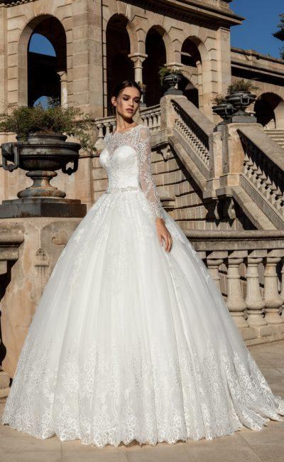 Роскошное пышное свадебное платье с классическим кружевным декором.