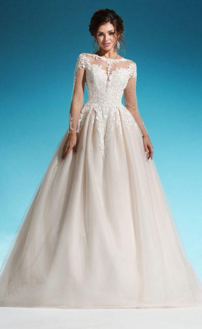 Пышное свадебное платье с юбкой цвета слоновой кости, декорированное аппликациями.