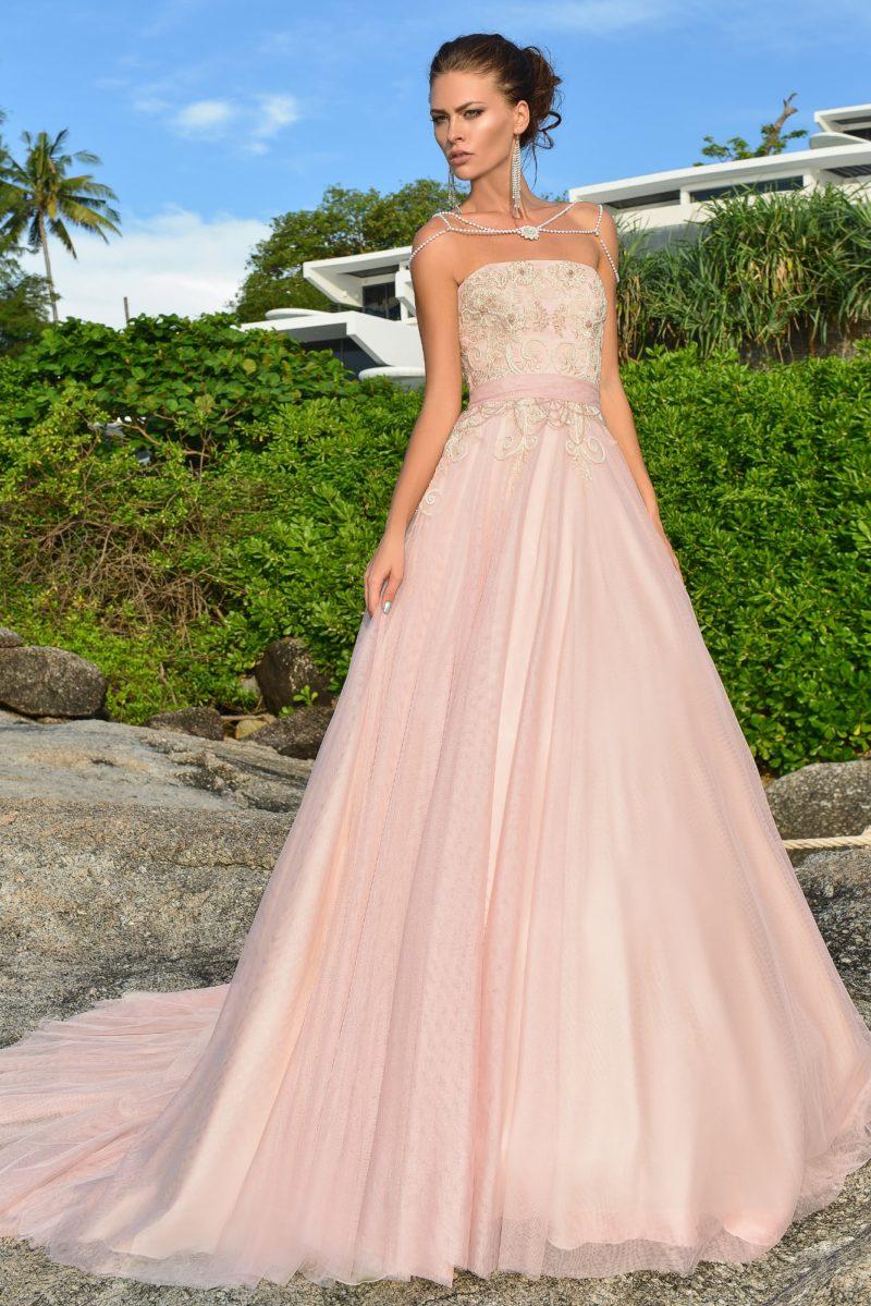 Розовое свадебное платье с многослойной юбкой со шлейфом, украшенное вышивкой.