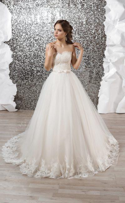 Открытое свадебное платье с многослойной юбкой А-силуэта с кружевом по низу подола.