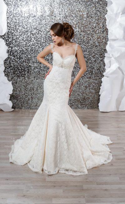 Кружевное свадебное платье силуэта «русалка» с узкими бретелями.