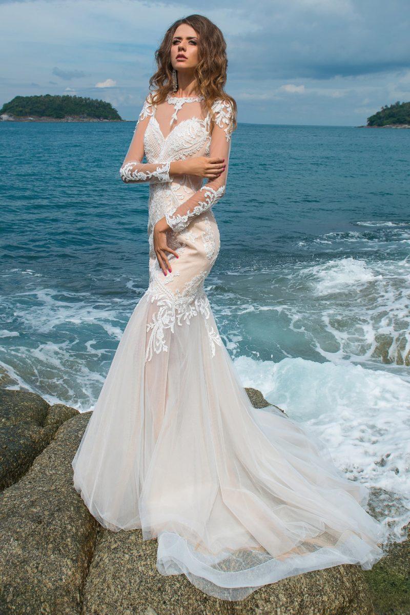 Свадебное платье «рыбка» с полупрозрачным низом подола и бежевой подкладкой.