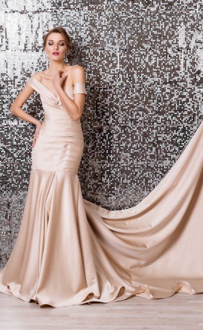 Кремовое свадебное платье из атласной ткани с облегающим силуэтом «рыбка».