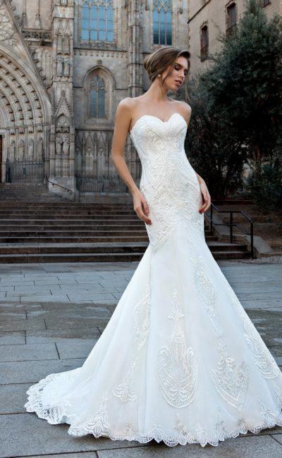 Облегающее свадебное платье с лифом в форме сердца и фактурным декором.