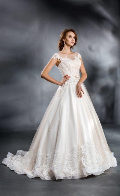 Изысканное свадебное платье «принцесса» с кружевной отделкой и длинным шлейфом.