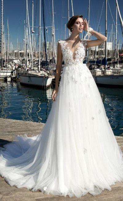 Чарующее свадебное платье с объемным декором лифа и многослойным шлейфом.