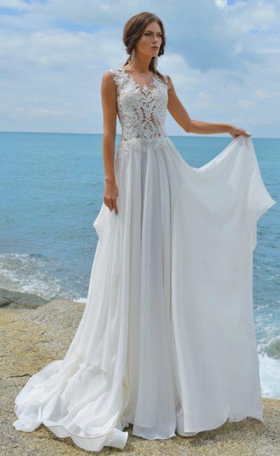 Свадебное платье прямого кроя с ажурным верхом и открытой спинкой.