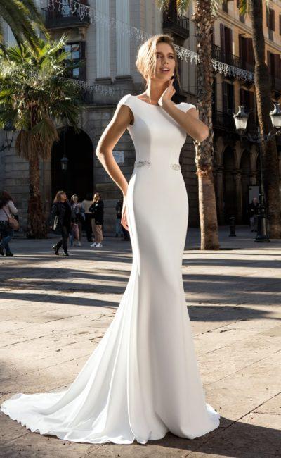 Прямое свадебное платье из плотного атласа с эффектными широкими бретелями.