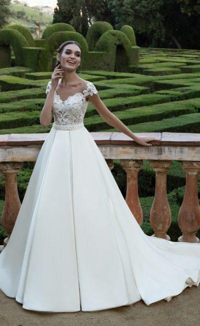 Классическое свадебное платье с кружевным корсетом и юбкой из плотного атласа со шлейфом.
