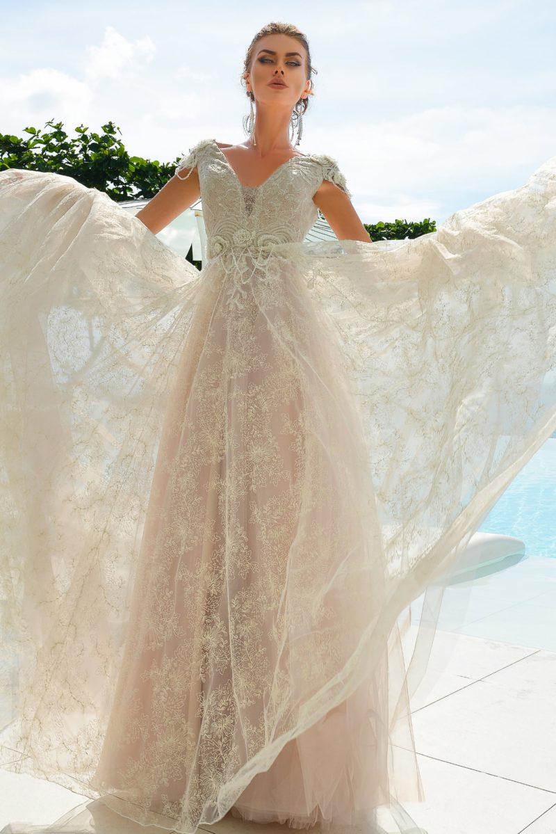 Кружевное свадебное платье цвета слоновой кости с многослойной юбкой «трапеция».