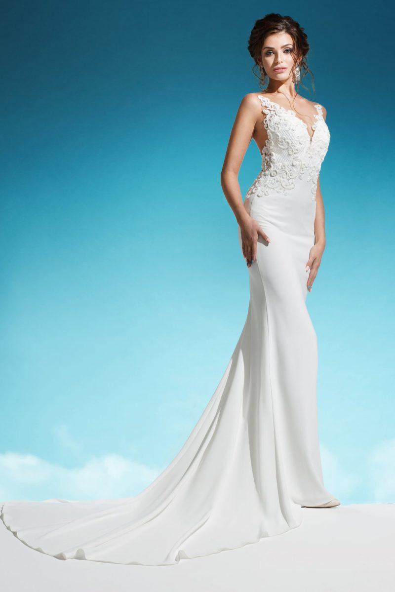 Облегающее свадебное платье с длинным шлейфом и полупрозрачной спинкой.