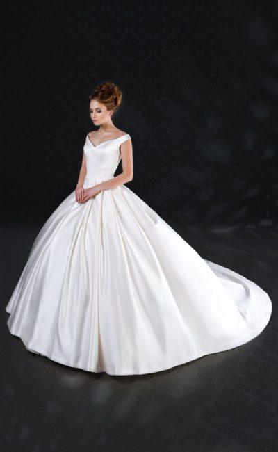 Атласное свадебное платье пышного кроя с V-образным декольте.