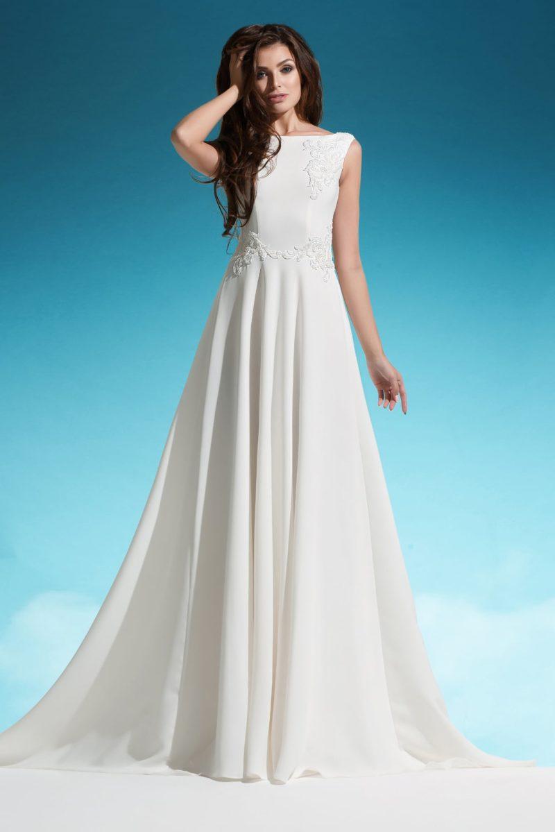 Закрытое свадебное платье силуэта «принцесса» с небольшим шлейфом и кружевом.