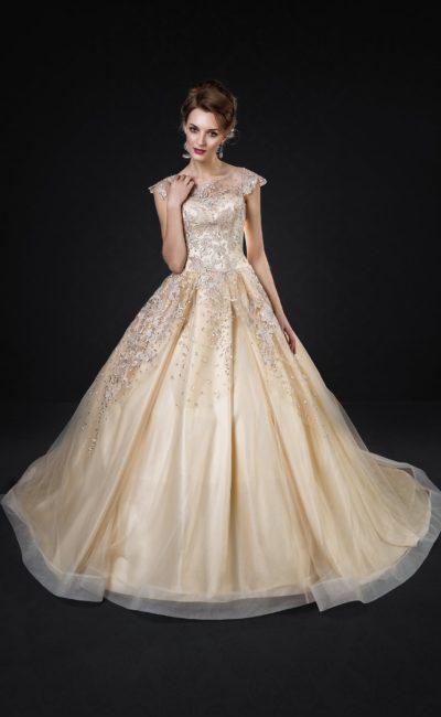 Золотистое свадебное платье с пышной юбкой и объемной бисерной вышивкой.