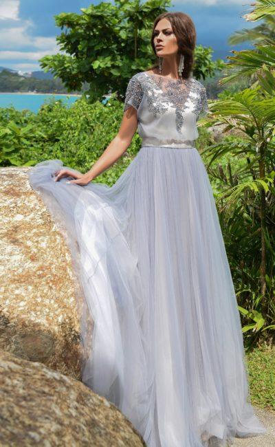 Дымчато-серое свадебное платье с пышной юбкой и сверкающим декором по верху.